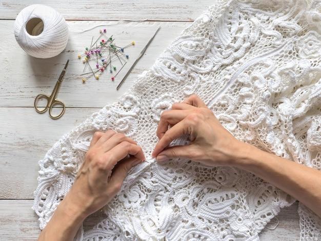 Costura de vestidos de noiva de renda irlandesa.
