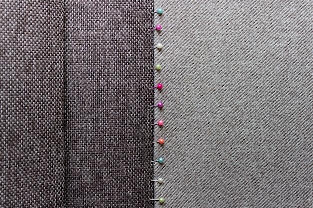 Costura fundo com textura de dois tipos de tecido e etiqueta preta de venda