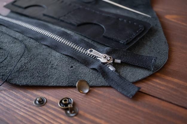 Costurando uma carteira, porta-cartões de visita em couro genuíno. produto artesanal.