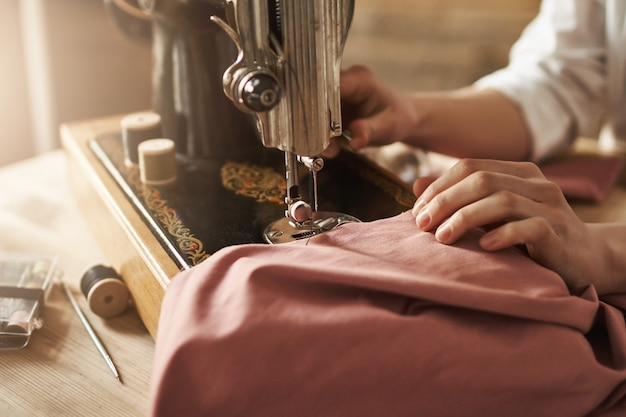 Costurar mantém minha mente relaxada. foto recortada de alfaiate feminino trabalhando em novo projeto, fazendo roupas com máquina de costura na oficina, estar ocupado. jovem designer tornando suas idéias realidade