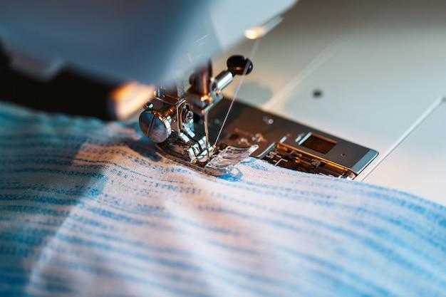 Costurar roupas em um close-up da máquina de costura.