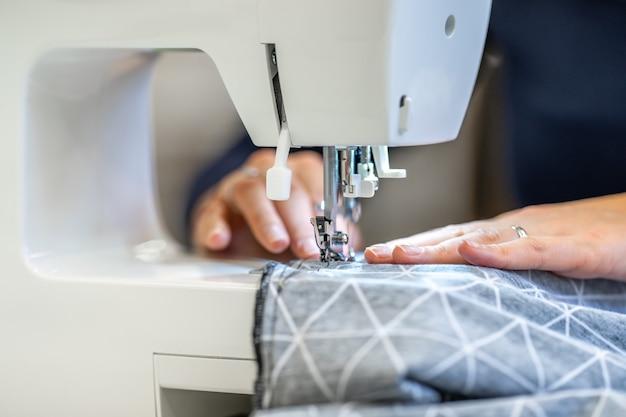 Costure vestido em uma máquina de costura em casa e no estúdio.