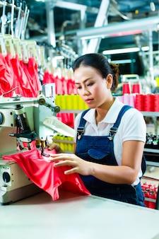 Costureira chinesa em uma fábrica têxtil