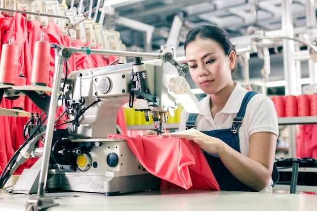 Costureira chinesa trabalhando na fábrica têxtil