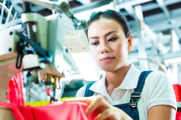 Costureira em uma fábrica têxtil chinesa