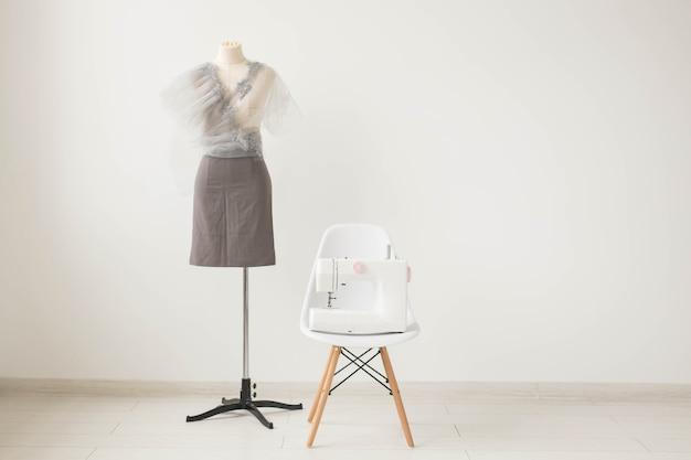 Costureira, estilista e alfaiate - foto da costureira ambiente de trabalho em fundo branco com espaço de cópia