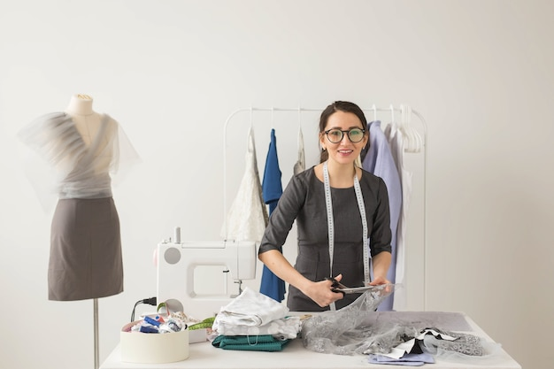 Costureira, estilista e alfaiate - jovem estilista corta lindos tecidos leves
