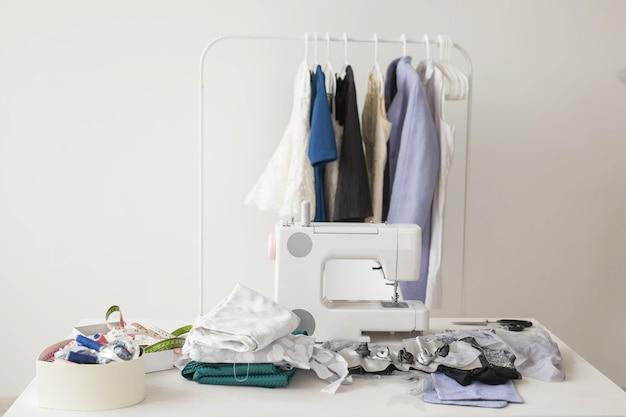 Costureira, estilista e conceito de alfaiate - foto da costureira do ambiente de trabalho.