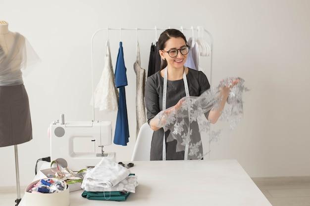 Costureira, estilista e conceito de alfaiate - jovem estilista, processo de criação de um vestido.