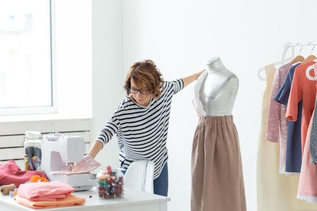 Costureira, pequenas empresas, designer de moda e conceito de alfaiate - processo de trabalho, designer