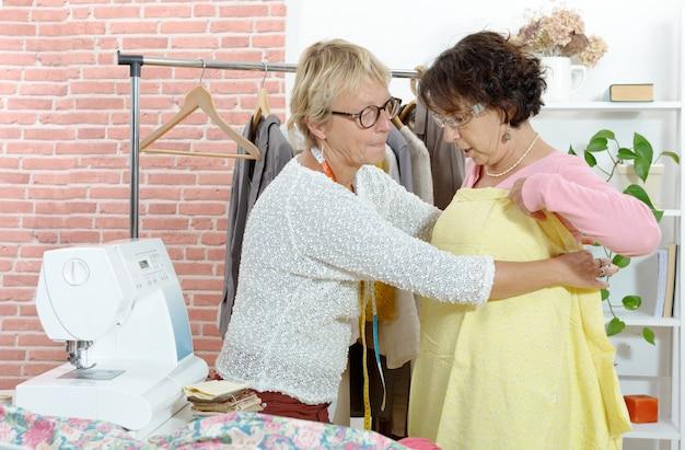 Costureira tente tecido com um cliente
