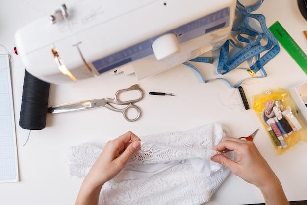 Costureira trabalhando com pano branco