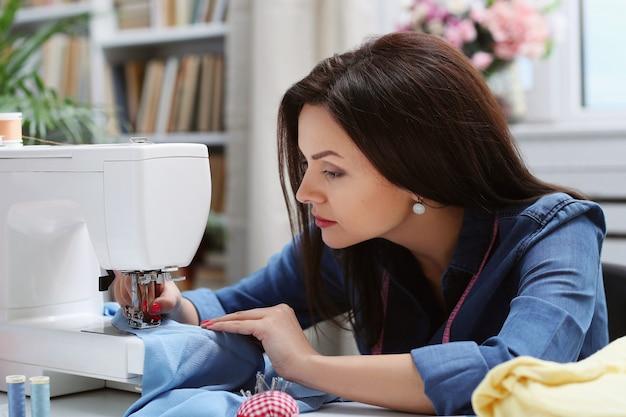 Costureira trabalhando em casa