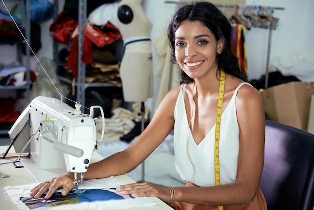 Costureira usando máquina de costura
