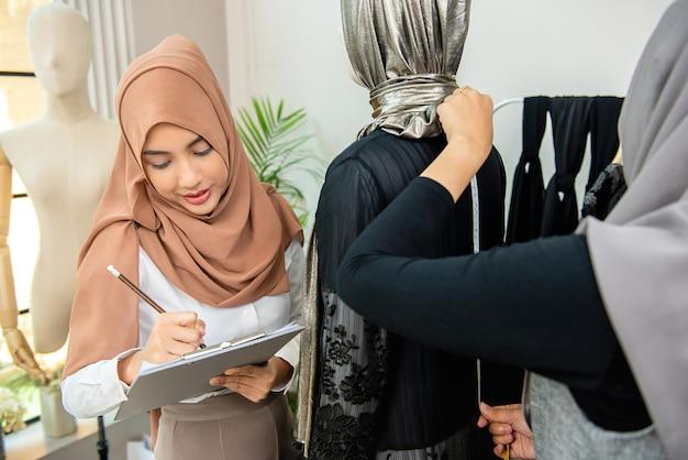 Costureiras muçulmanas trabalhando em sua nova coleção