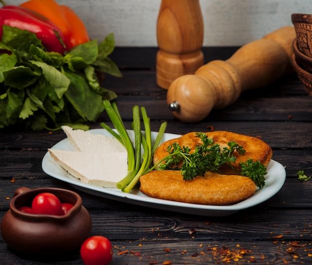 Cotlets de frango com queijo branco e ervas.