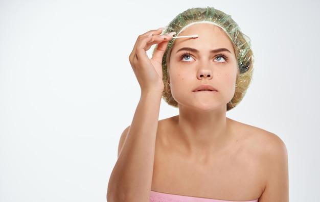 Cotonete de mulher bonita problemas de pele facial dermatologia