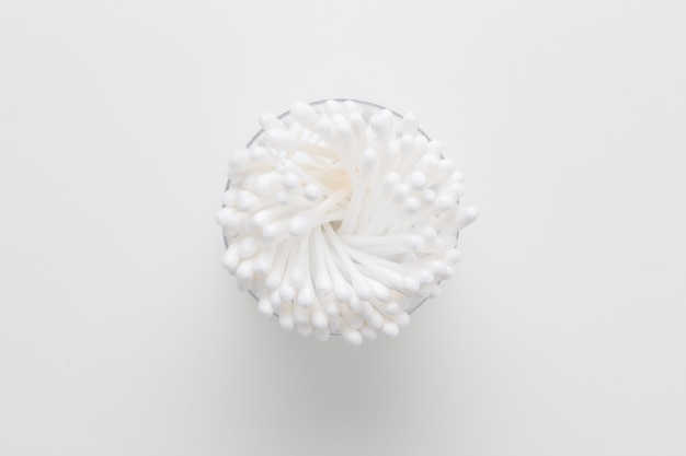 Cotonetes cotonetes isolados no fundo branco
