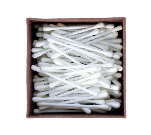 Cotonetes de algodão no fundo branco