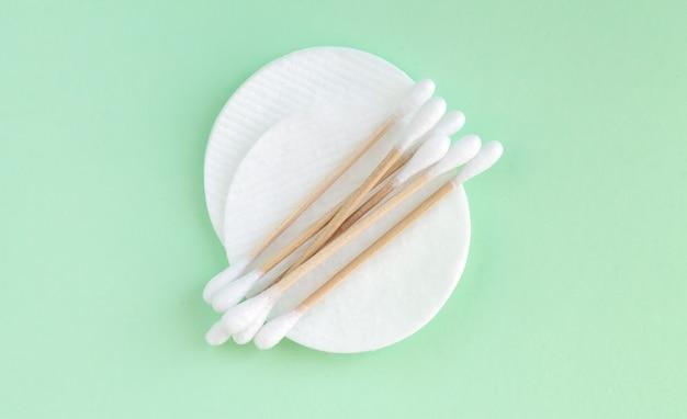 Cotonetes de bambu ecológicos e almofadas de algodão para vista superior de higiene pessoal