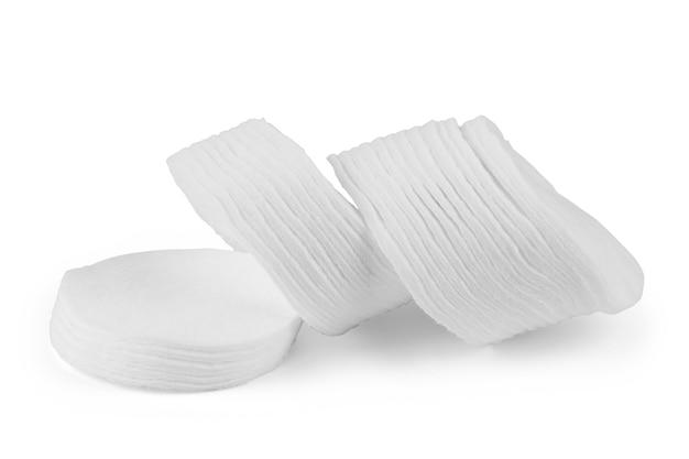 Cotonetes e palitos isolados no branco
