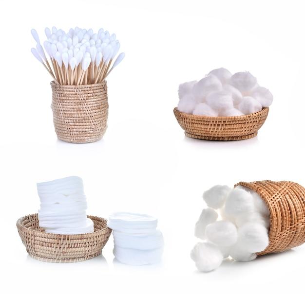 Cotonetes em uma cesta isolada no fundo branco