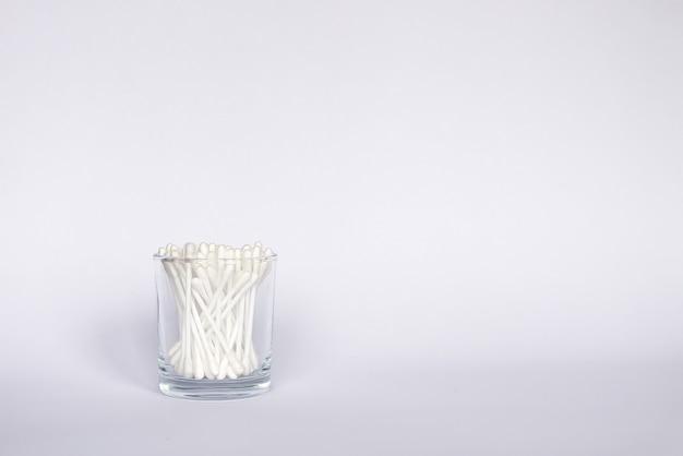 Cotonetes ou hastes de orelha em armazenamento de vidro.