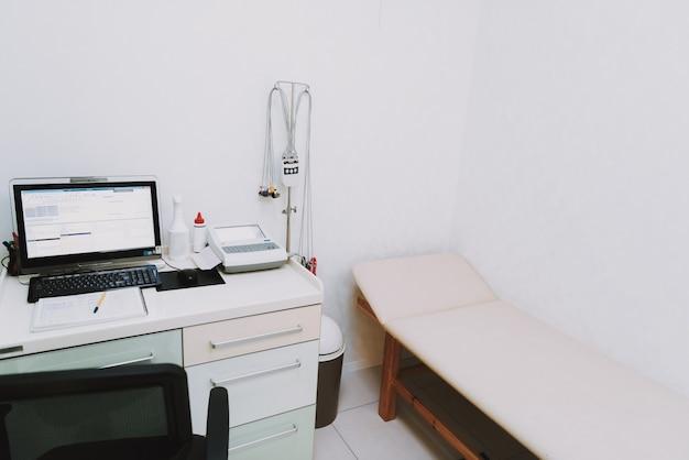 Couche para equipamento de paciente da sala de exame.
