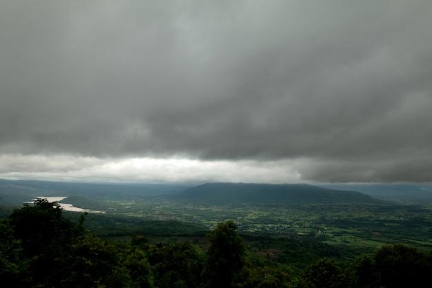 Coudy dia escuro com nevoeiro nas montanhas