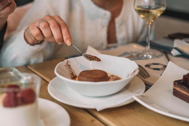 Coulant de chocolate em bolo de esponja de baunilha