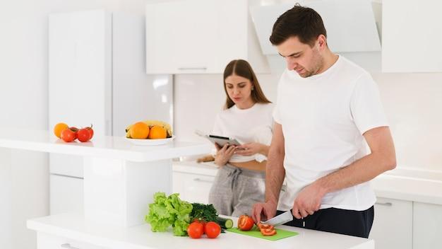 Coulpe cozinhando juntos