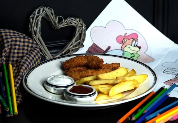 Courgette de frango com batatas fritas, maionese e ketchup