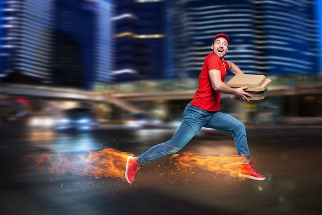 Courier corre rápido para entregar rapidamente pizzas com pés ardentes. ciano