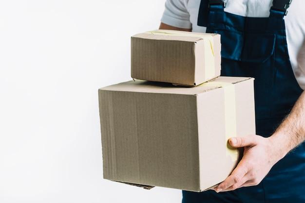 Courier de colheita com caixas seladas