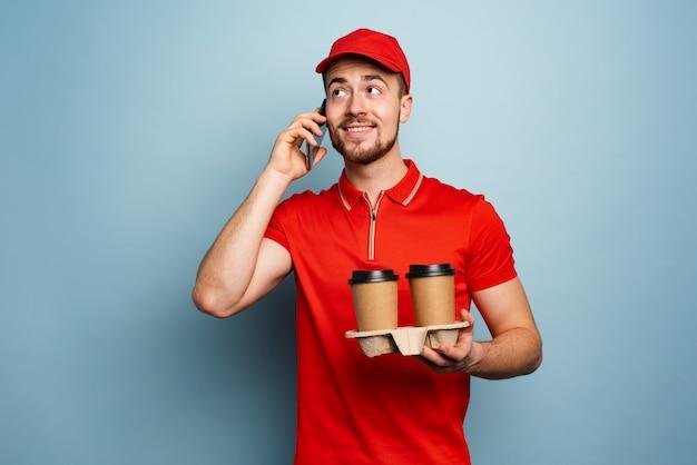 Courier entrega café quente e recebe chamadas por telefone.