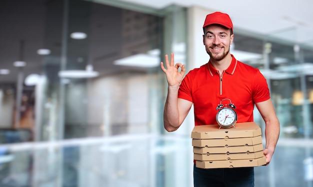 Courier entrega pontualidade na entrega rápida de pizzas em casa