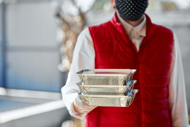 Courier espera ir comida de caixa, serviço de entrega, entrega de comida para levar para casa porta restaurantes. fique em casa a salvo do surto de coronavírus covid-19. serviço de entrega em quarentena.