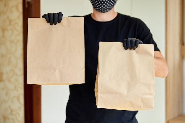 Courier espera ir comida de caixa, serviço de entrega, entrega de comida para levar para casa porta restaurantes