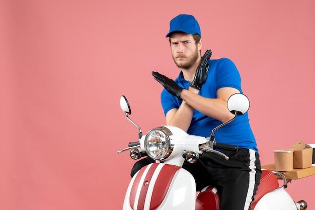 Courier masculino de uniforme azul em um fast-food rosa serviço de entrega de bicicleta em cores trabalho de frente