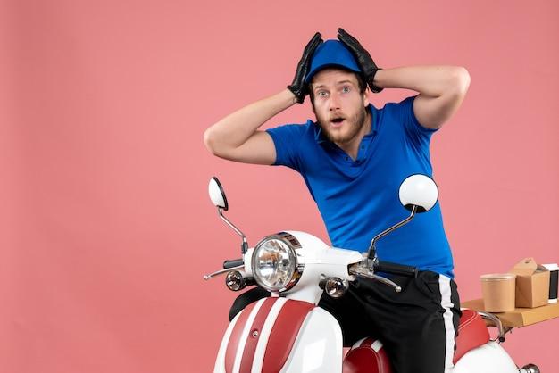 Courier masculino de uniforme azul em um serviço de comida rosa fast-food serviço de entrega de bicicletas coloridas.