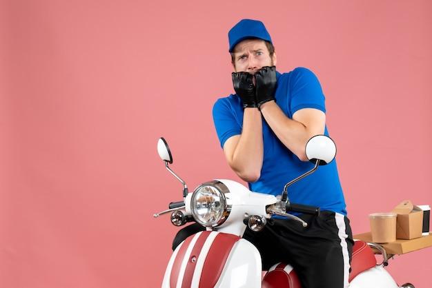 Courier masculino de uniforme azul em uma loja rosa fast-food trabalho serviço de entrega de bicicletas coloridas