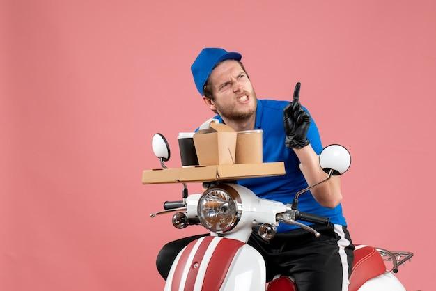 Courier masculino de uniforme azul segurando uma caixa de café e comida em fast-food rosa serviço de entrega de serviço de bicicleta de entrega de trabalho