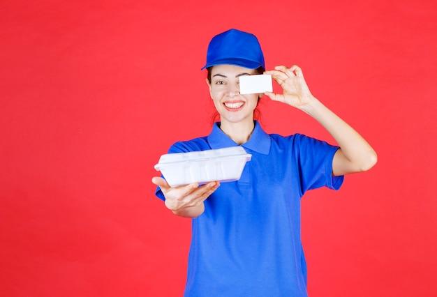 Courier woman segurando uma caixa branca para viagem e apresentando seu cartão de visita.