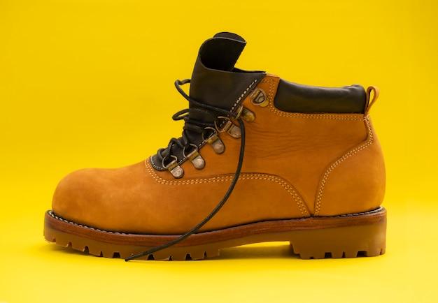 Couro de bota amarela moda homem isolado