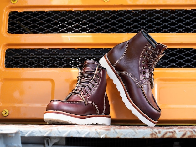 Couro de bota marrom da moda do homem no chão.
