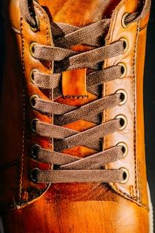Couro marrom mans bota amarrada close-up