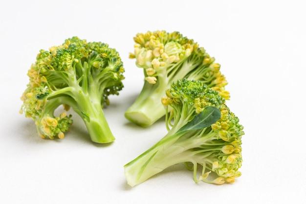 Couve de brócolis em um fundo branco
