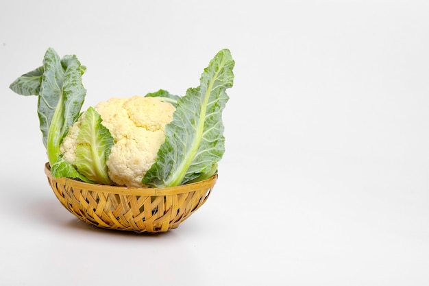 Couve-flor crua inteira, vegetal inteiro, isolado na superfície branca