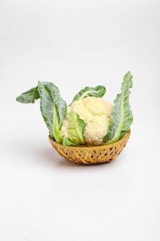 Couve-flor crua inteira, vegetal inteiro, isolado no fundo branco