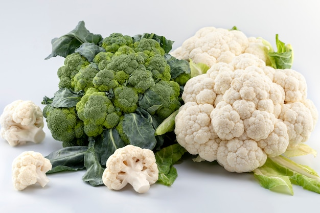 Couve-flor e brócolis orgânicos maduros frescos